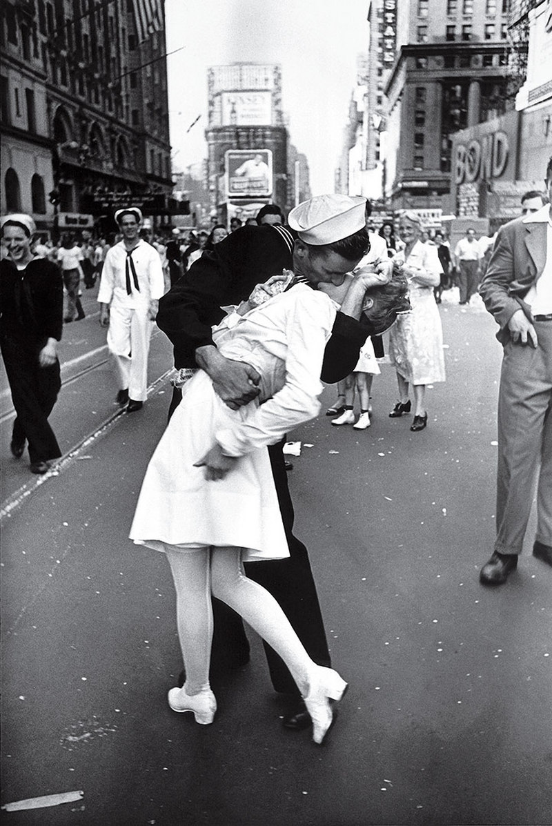 V J Day in Times Square Alfred Eisenstaedt 1945